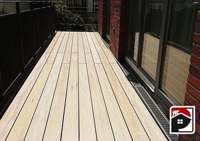 Helles Holz für den Balkonbau Berlin